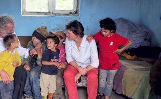 Georg Sporschill und Ruth Zenkert mit Roma-Kindern, © Verein Elijah